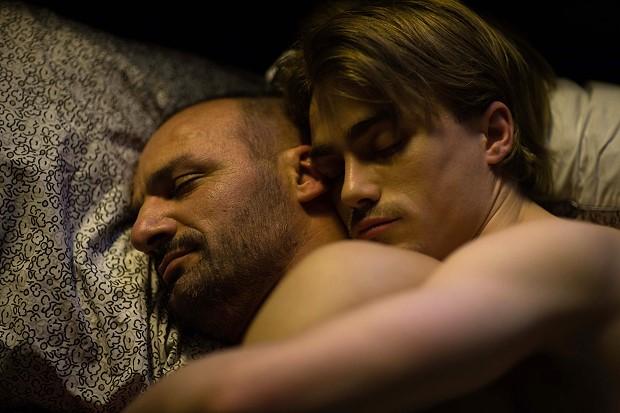 002【我們的幸福時光】劇照_吉約姆古依(左)與馬蒂爾達莫勒克斯在片中一見鍾情,男分男捨到天明