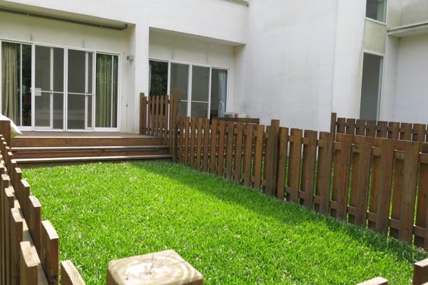 房間外的獨立草坪(文)