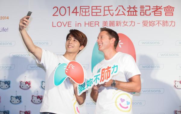 愛妳不肺力公益大使胡宇威(左)、台灣屈臣氏董事總經理安濤(右)一起現場自拍,提倡「自主篩檢」的新自拍