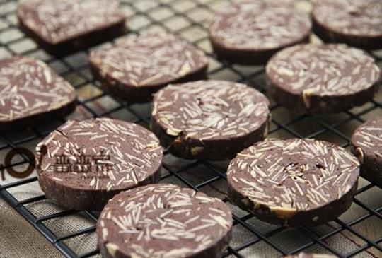影音食譜:巧克力杏仁切片餅乾~~內有不同口味的配方代替(法式藍帶老師示範)