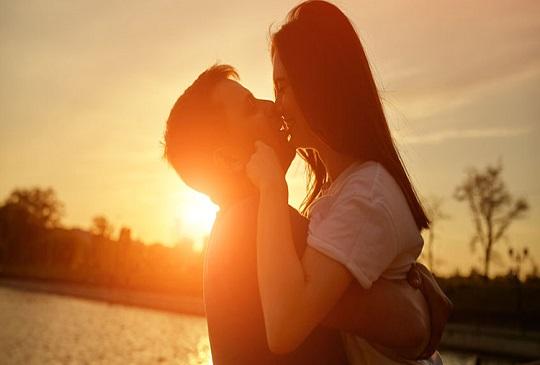 出門前給老婆一個吻,賺錢多活得久保平安!