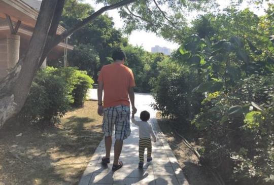 【爸爸育兒誌】寶寶走穩後即可訓練的牽手規矩