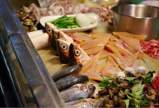 【台南 大灣正味鱔魚意麵 永康隱藏版小吃 超豐盛琳瑯滿目的香腸熟肉黑白切】