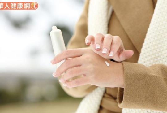洗手完馬上再噴酒精能徹底消毒?皮膚科醫師破解酒精迷思,這樣做不傷手