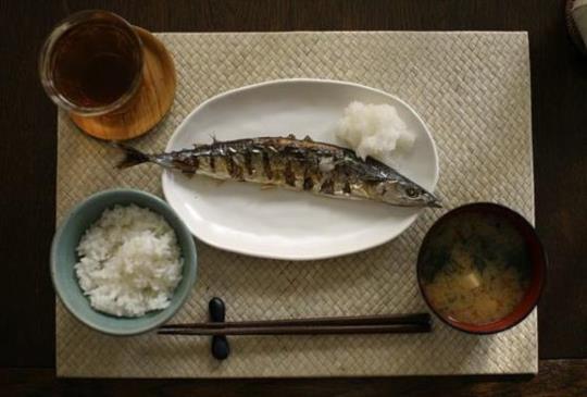 【秋刀魚怎麼吃才輕鬆?來看日本人的影片教學!】