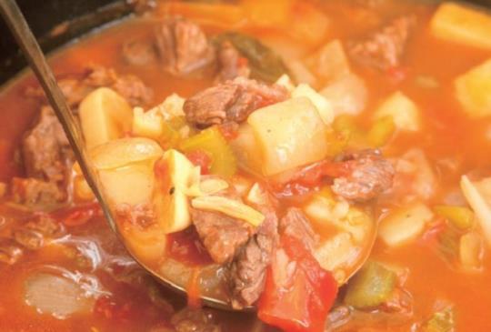 【露營野炊料理】蔬菜燉牛肉湯 溫暖又飽足 簡單解決一餐!