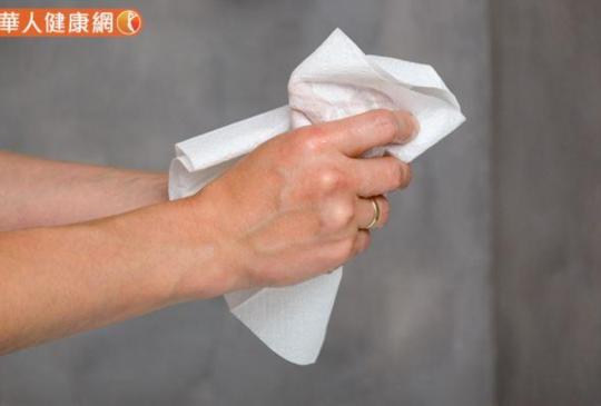 抗病毒這些小動作千萬母湯!洗完手擦褲子、口罩返家亂丟,5件事大NG