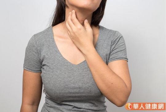 脖子長咖啡色小肉芽,要去除嗎?皮膚息肉、角化分清楚,小心潛藏癌化風險