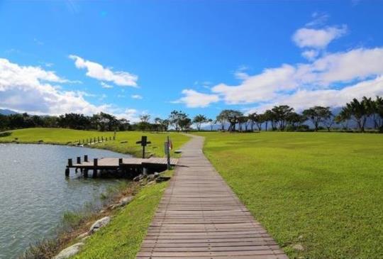 【台東 大坡池 彷彿高山湖泊的秀麗美景 徜徉湖光山色的遼闊壯麗 漫步綠草如茵的湖畔步道】