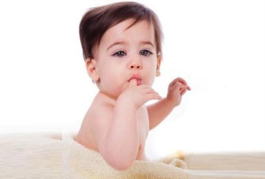 好奇寶寶愛吃手 當心輪狀病毒找上身