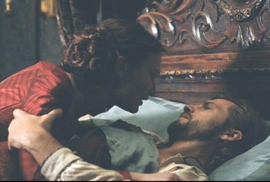 【蜜雅娃絲柯思卡完美詮釋「欲求不滿」,周旋三男演出激情半裸床戲】