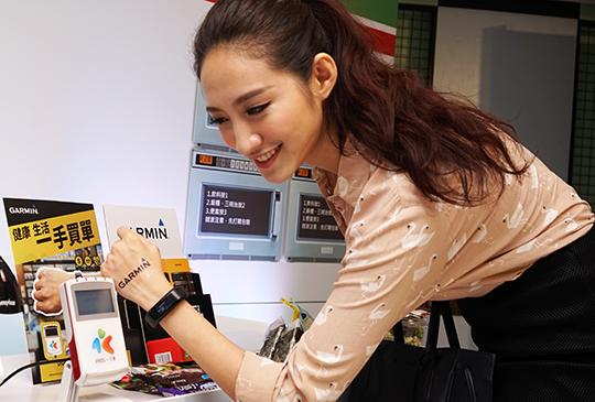 用手環就能查詢餘額與消費記錄,Garmin 推出 vivosmart HR 一卡通版