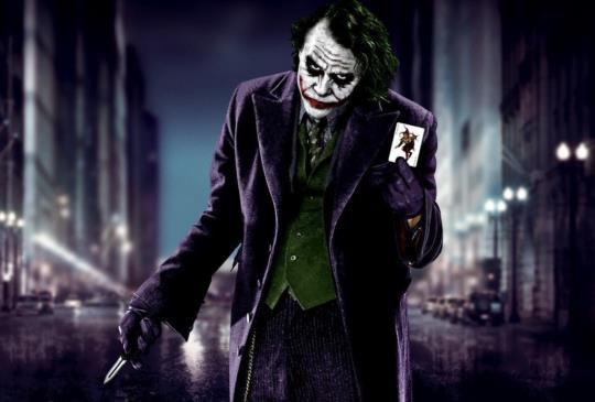 向希斯萊傑致敬,小丑的十大經典諷世台詞「Why So Serious?」