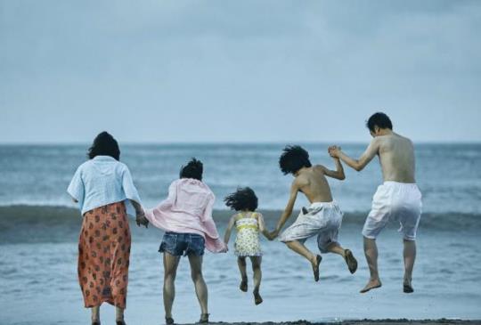 《小偷家族》孤寂的人湊成一家人,溫暖的陪伴