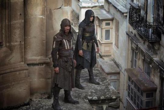 【新聞】《刺客教條》釋出最新幕後花絮 「萬磁王」麥可法斯賓達危險奔跑親自上陣