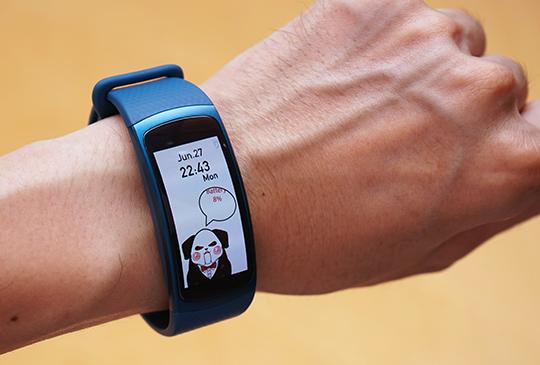 Samsung Gear Fit2 動手玩,內建 GPS 還支援單機運作的智慧手環登場