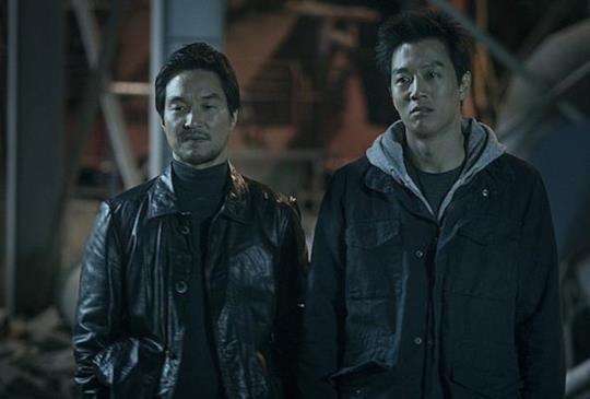看金來沅、韓石圭脫下白袍後換上獄服,即將大鬧監獄《叛獄無間》預計4月上映