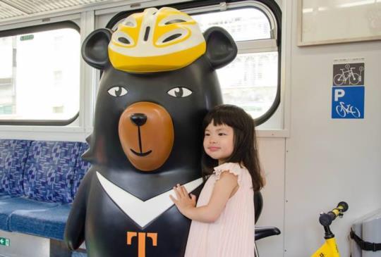 【超大喔熊公仔出沒台鐵車廂!ohBear微笑觀光列車成拍照「景點」】