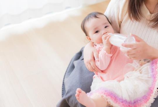 【可以讓嬰兒喝水?幾歲開始喝水?】掌握3個關鍵重點,寶寶健康、爸媽安心!