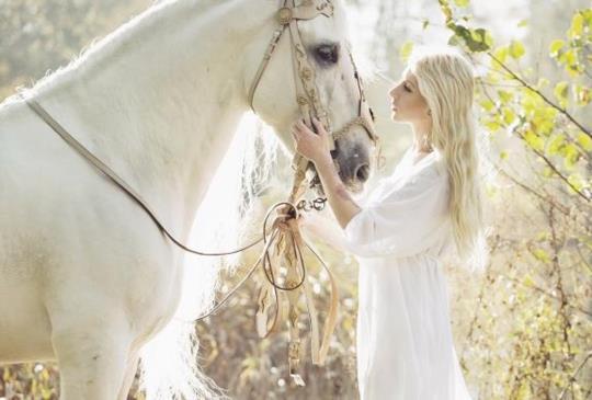 【愛情萌芽在美麗的季節裡,幸福就是在對的時機和對的人相遇】