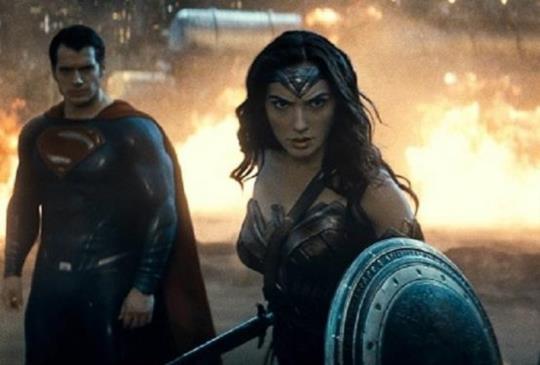 【新聞】《蝙蝠俠對超人:正義曙光》神力女超人 超人 蝙蝠俠 三強鼎立! 蓋兒風靡全場!