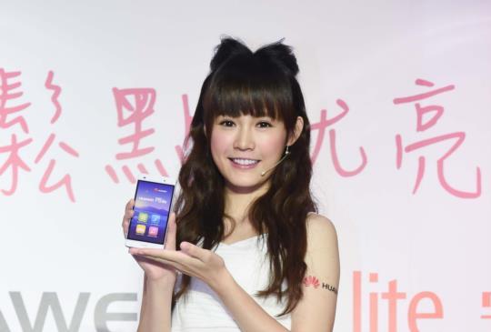 HUAWEI 推主打自拍與人臉辨識手機 P8 lite,系列新品同步亮相