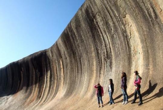 澳洲【波浪岩】曠野間的天然奇觀!