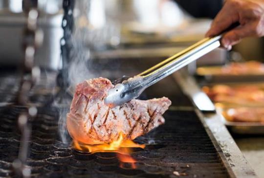 松山車站景觀最優 【amba松山 Que餐廳】原木燒烤平價吃到飽!