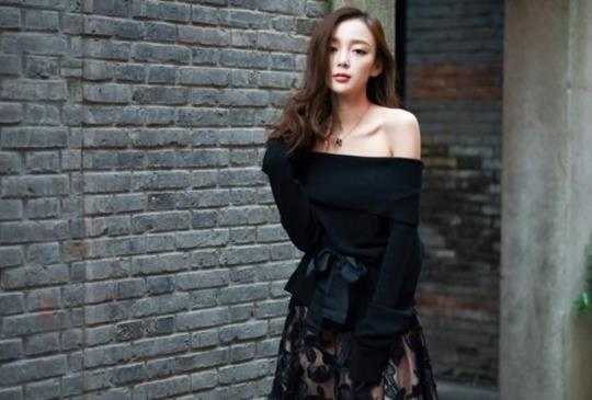春晚女神汪小敏,時尚街拍演繹小女人慵懶、性感風