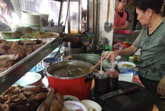 【來吃台南在地好口味五十年的明月麵店】
