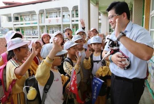【支持零安樂】校長親自認養伴讀犬「小愛」上學去!朝會上英文介紹「新同學」