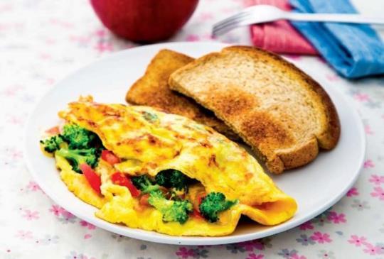 減肥早餐營養師教你做:【綠花椰菜番茄蛋雜糧麵包+蘋果】減肥也可以享受美味!