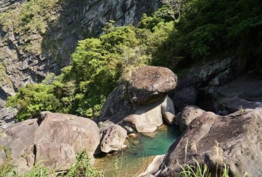 【透明景觀平台,賞瀑布溪谷森林美景 青蛙石天空步道】