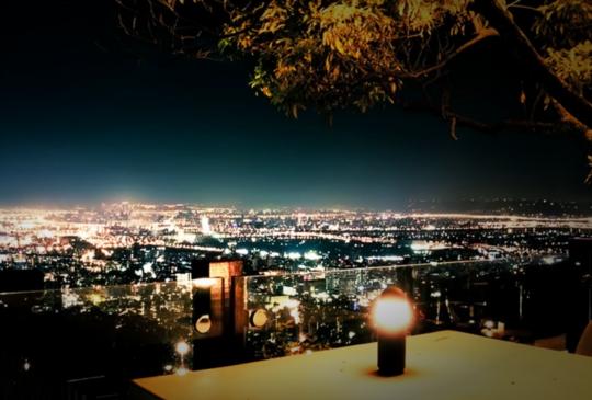 【哥吃的不是菜,是氣氛!】坐享百萬夜景的餐廳讓你浪漫破表!~美食美景特搜