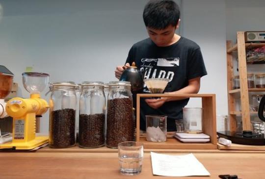 【台北 信義】型男小鮮肉沖咖啡給你怎能不心動?