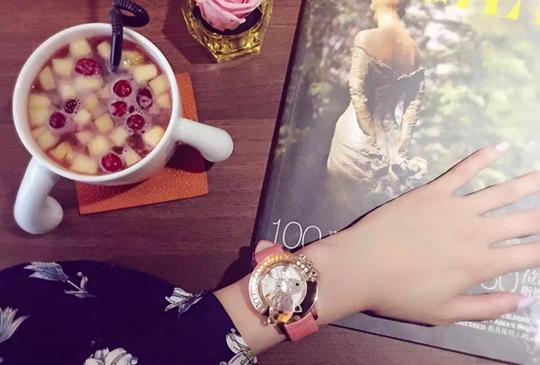 【名人原來都戴這款!絕美水晶錶讓妳舉手投足散發優雅風範】