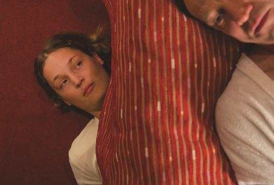 【《床底下的女人》打掃你的房,躲在你的床】