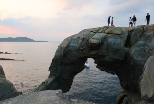 【瑞芳深澳漁港秘境。象鼻岩】立足巨象上,望海心徜徉