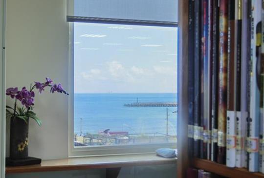 超想去看海!新北市萬里吹免費冷氣看海景,書香伴咖啡香!