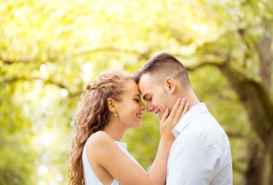 【在我的眼裡,妳就是唯一。熱戀中的情侶都有這些肉麻的舉動】
