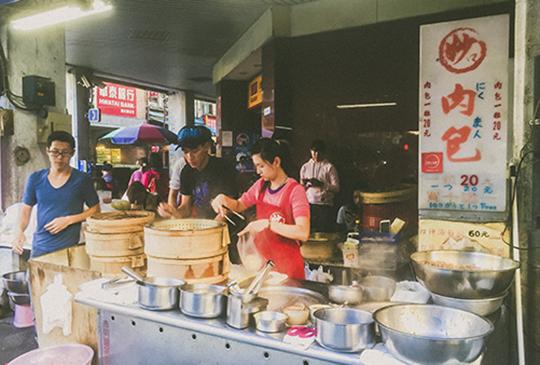 【台北迪化街-銅板美食小吃】妙口肉包四神湯