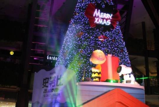 【史努比與影迷歡慶聖誕!信義新天地每晚上演歡樂燈光秀】
