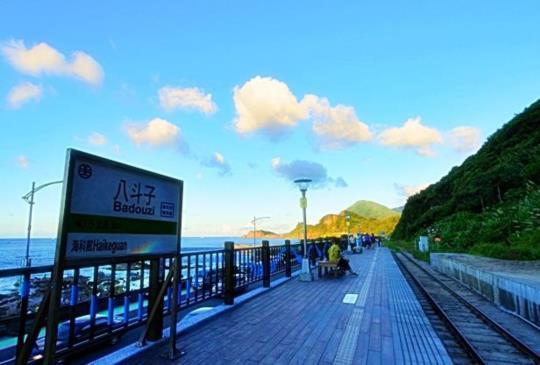 【北海岸最療癒的車站】在八斗子車站看海、戲水、釣魚一次滿足!