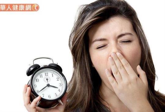 凌晨三點醒來,就無法入睡?中醫:失眠是肺虛肝火,這6條經絡出問題