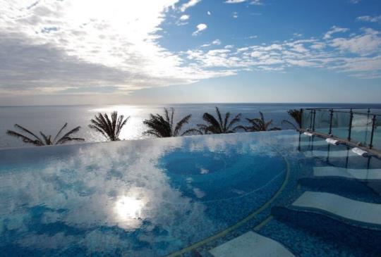 【躺在藍天之下徜徉:擁有台灣最美的無邊際泳池飯店 懶人包整理~】