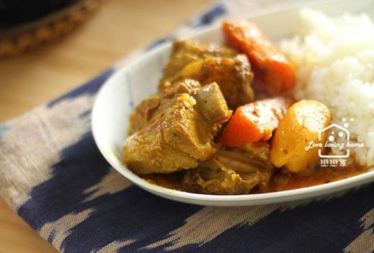 超不一樣的香料咖哩燉肉。黃橙橙的拌飯系料理!