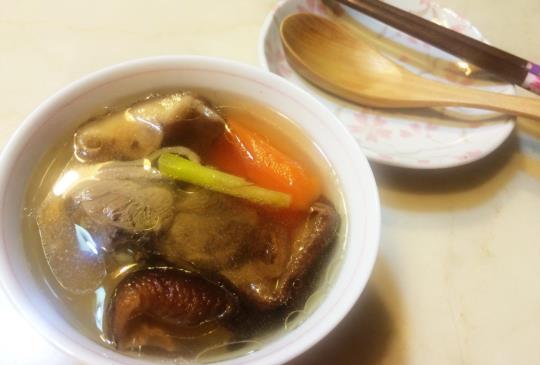 ♥煮婦女王♥的簡單食譜「媽媽的香菇雞湯」