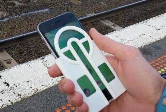 玩 Pokémon Go 丟寶貝球不求人,有玩家利用 3D 列印打造專用手機保護殼