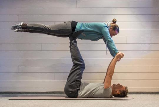 【雙人瑜伽:柔軟度與力量訓練兼併的6個動作!】