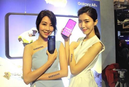 全球首款「開孔」型全螢幕三星新機 Galaxy A8s 台灣 2/1 起開賣